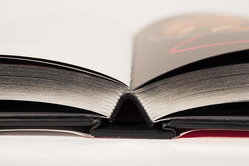 Broschüre oder Pappbände mit Farbschnitt.